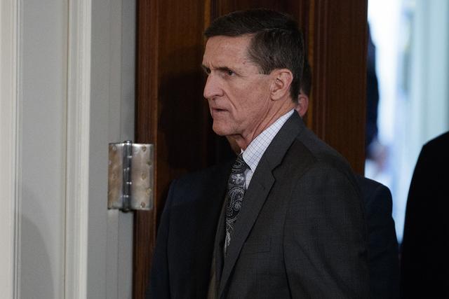 En esta foto tomada el 13 de febrero de 2017, Mike Flynn llega para una conferencia de prensa en el Salón Este de la Casa Blanca en Washington. Las sondas en los vínculos de la administración T ...