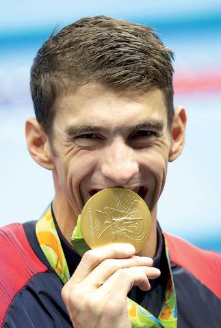 Michael Phelps de Estados Unidos, muestra su medalla deoroenlos4x100 metros de relevo combinado durante la competicia varonil de natación en los Juegos Olímpicos 2016 , el domingo 14 de de agost ...