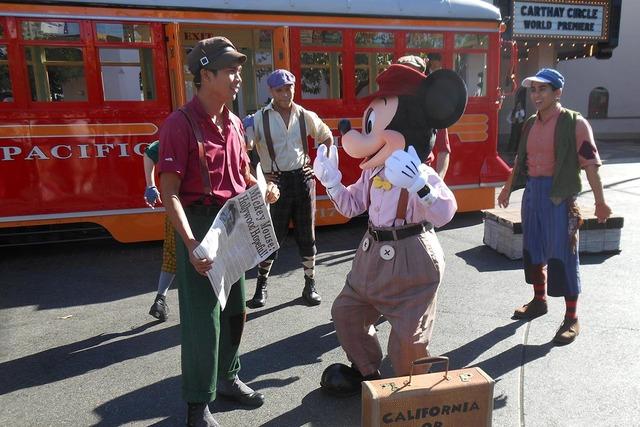 Mickey Mouse en una de las calles de Disney California Adventure, el 18 de noviembre del 2016. Aquí hace una representación en los años de sus inicios, con jovencitos vendedores de periódicos. ...