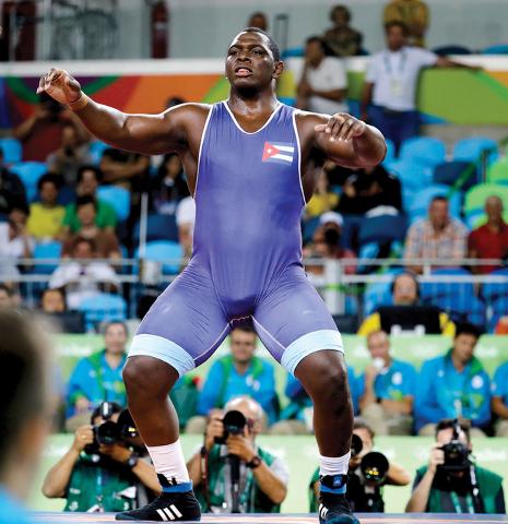 El cubano Mijaín López Núñez celebra después de ganar la medalla de oro en lucha libre competencia grecorromana 130 kg. masculino en los Juegos Olímpicos 2016 en Río de Janeiro, Brasil, lun ...