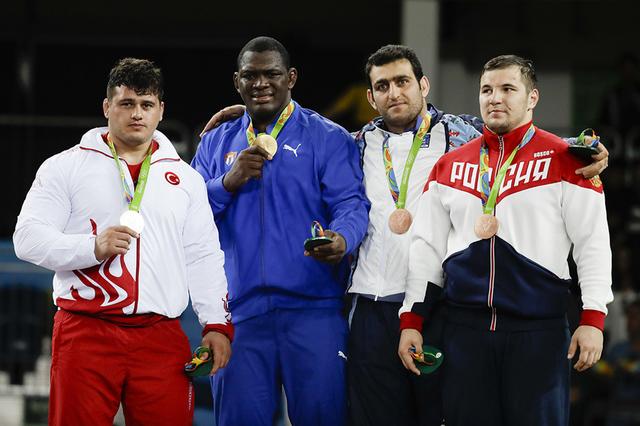 Los ganadores de Lucha Grecorromana varonil, en 130 Kg. Desde la izquierda: medalla de plata Riza Kayaalp, de Turquía; medalla de oro Mijain Lopez Nunez, de Cuba; y medallas de bronce, Sabah Shar ...