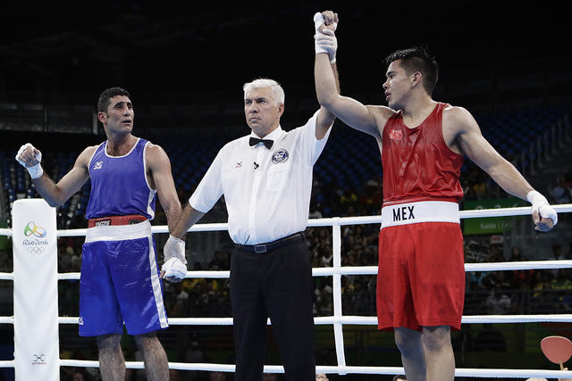 Misael Uziel Rodríguez, der., y  Waheed Abdulridha Waheed Karaawi de Irak. Rodríguez ganó el encuentro de box preliminar de hombres de peso medio de 75 kg. en las Olimpiadas de Verano 2016 en R ...