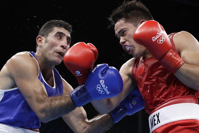 Misael Uziel Rodríguez de México, der., pelea contra el iraquí Waheed Abdulridha Waheed Karaawi durante un encuentro boxístico preleminar de peso medio de 75 k.g en las Olimpiadas de Verano 20 ...