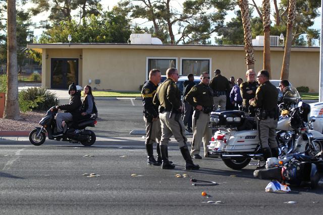 Esta foto de archivo muestra la escena de un accidente en el que estuvo involucrada una motoneta, en Harmon Avenue y Pancho Villa Drive, Las Vegas, el 19 de noviembre del 2014. A un lado se ve pas ...