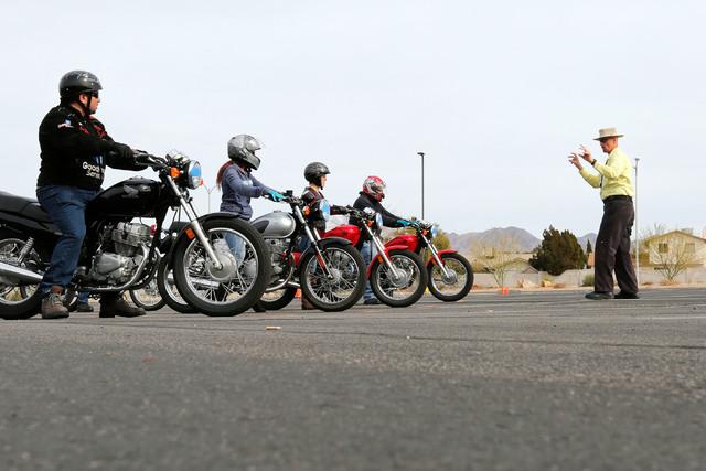 """El Instructor Mike """"Pilot"""" Nelson, a la derecha, dirige una capacitación en seguridad con motocicletas, en un curso el 5 de febrero del 2017 en el Colegio del Sur de Nevada, campus Henderson. (Ch ..."""