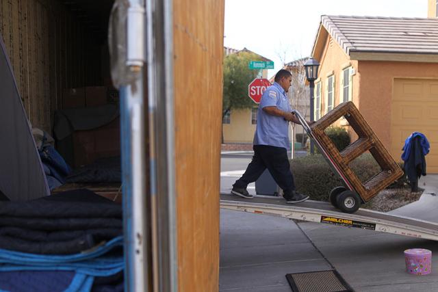 Carlos Fonseca, empleado de Puliz Moving and Storage, traslada muebles a una casa dentro de la comunidad Tides en Las Vegas, el lunes 5 de enero de 2015. (Erik Verduzco / Las Vegas Review-Journal/ ...