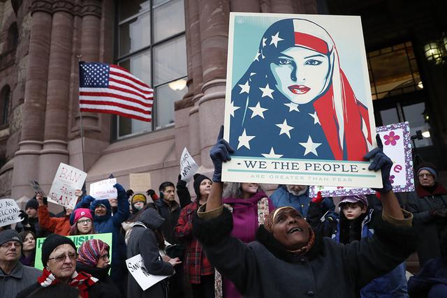 Los manifestantes protestan contra la orden ejecutiva del presidente Donald Trump, que prohíbe temporalmente a los inmigrantes de siete países de mayoría musulmana ingresar a Estados Unidos y s ...