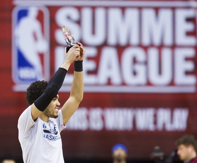 El jugador de Minnesota Timberwolves, Tyus Jones (1) levanta el trofeo del jugador más valioso de la NBA Summer League en el Cox Pavilión de UNLV, el lunes 18 de julio de 2016 en Las Vegas. Benj ...