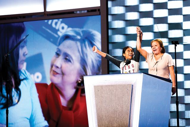 Residentes de Las Vegas Karla Ortíz, izquierda, y su madre Francisca hablan en la primera noche de la Convención Nacional Demócrata en el edi cio de Wells Fargo el domingo, 24 de julio, 2016, e ...