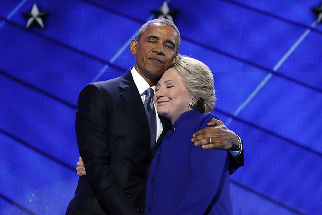 El president Barack Obama abraza ala candidata presidencial demócrata Hillary Clinton luego de dirigirse a los delegados durante el tercer día de la Convención Nacional Demócrata en Filadel a, ...
