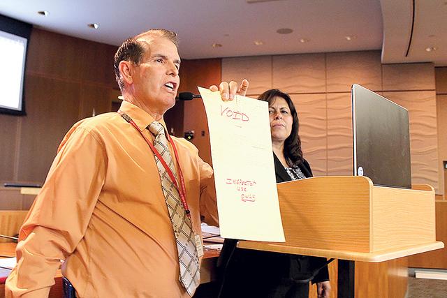 El inspector de negocios, Valdemar González, explicó que se deben de acreditar las inspecciones antes de las licencias. | Foto El Tiempo/Cristian De la Rosa