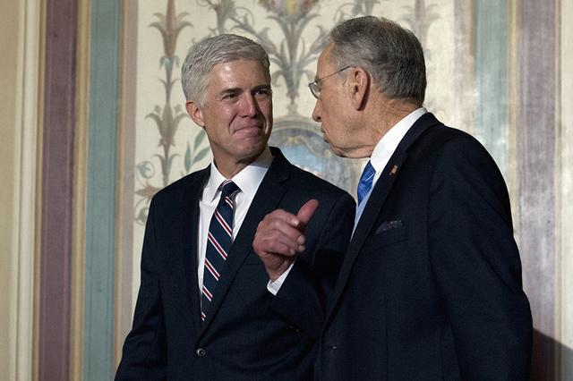 El juez designado a la Corte Suprema de Justicia de la nación, Neil Gorsuch, izq., se reúne con el Senador Chuck Grassley, R-Iowa en el Capitolio en Washington, el miércoles 1 de febrero de 201 ...