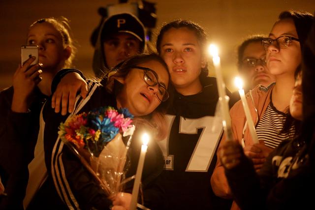 Bianey Castillo es consolada por Mara Moya, 17, durante una vigilia en honor de Richard Nelson, el domingo 15 de enero del  2017, en la Chaparral High School en Las Vegas. Nelson fue balaceado el  ...