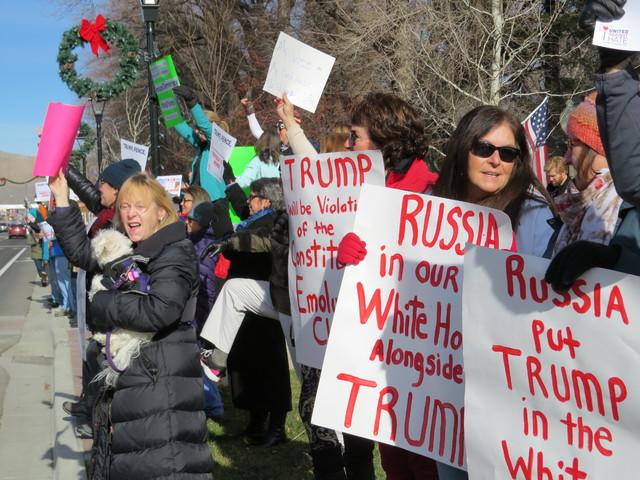 Manifestantes protestan contra el presidente electo republicano Donald Trump y contra el sistema de Colegio Electoral, afuera del Capitolio en Carson City, Nevada, el lunes 19 de diciembre del 201 ...