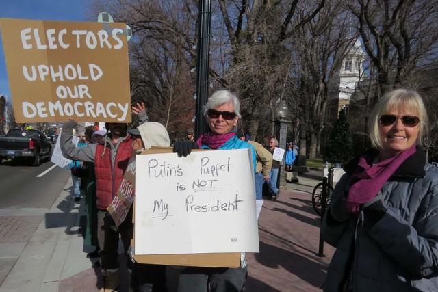 Pam Straley, al centro, de Incline Village, junto a otros protesta contra el sistema de Colegio Electoral y la elección de Donald Trump, el lunes 19 de diciembre afuera del capitolio en Carson Ci ...