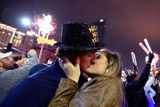 Nick Hoskins, izquierda, y Danner Bagby, de Alabama, se besan durante la celebración del Año Nuevo 2017, en el Strip de Las Vegas, el domingo 1 de enero, 2017, en Las Vegas. David Becker/Las Veg ...