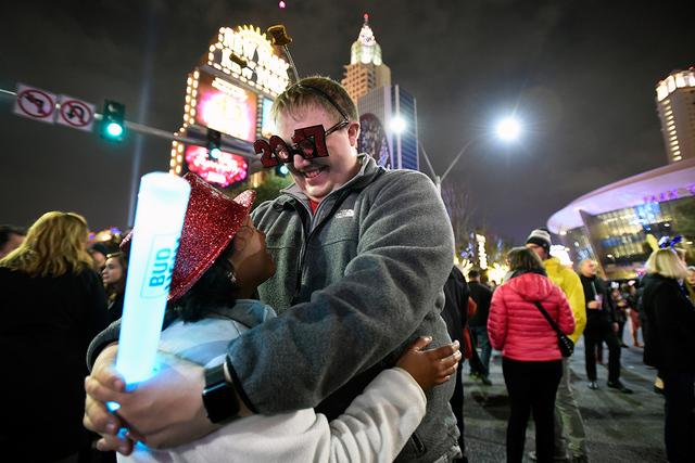 Mary Ann Faust, izquierda, y John Faust de Las Vegas comparten un momento juntos durante la celebración de la víspera de Año Nuevo de 2017 a lo largo de Las Vegas Strip el domingo 1 de enero de ...
