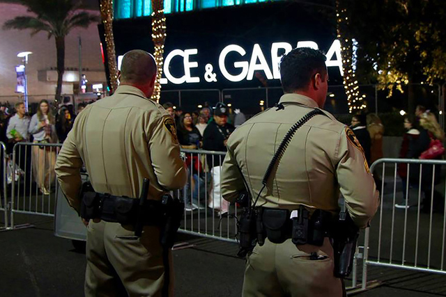 Los oficiales asignados en las zonas turísticas de Las Vegas vigilaron cada momento de la celebración, dejando que la comunidad se divirtiera e interviniendo cuando era necesario. Sábado 31 de  ...