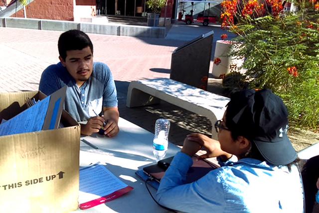 Voluntarios y organizadores de NexGen informaron a estudiantes de UNLV sobre la importancia del cambio climático y la diferencia que puede representar el voto de los jóvenes en las próximas ele ...
