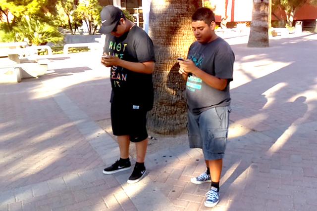 Jóvenes universitarios se divirtieron jugando el novedoso videojuego de Pokémon Go, a la par en que llenaban su registro para votar y se informaban sobre cómo podrían ser voluntarios de esta o ...