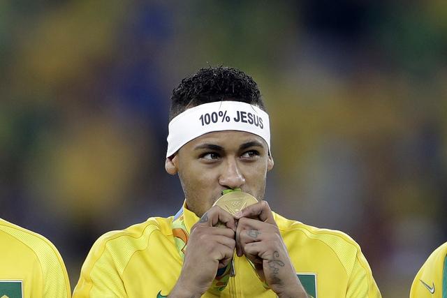 Neymar de Brasil besa su medalla de oro en el estadio Maracaná de Río de Janeiro, Brasil, el sábado 20 de agosto de 2016. (Foto AP / Andre Penner)