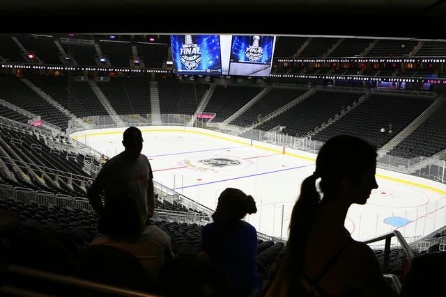 La pista de hielo que albergará al equipo de hockey de Las Vegas, fue instalada, el sábado 30 de julio de 2016 en T-Mobile Arena. (Ronda Churchill / Las Vegas Review-Journal)