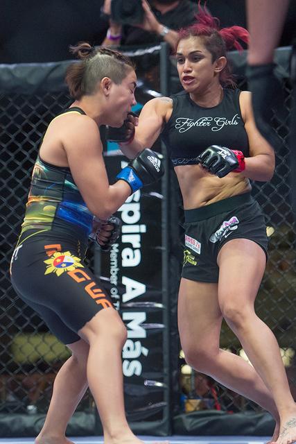 Nicdali Rivera demuestra su agresividad en la jaula ante la destacada peleadora Kyra Batara. Foto: Cortesía Combate Americas.
