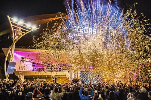 """Fuegos artificiales acompañaron la ceremonia para develar el nombre del equipo de Hockey de Las Vegas en la NHL:  """"Vegas the Golden Knights, el 22 de noviembre del en la Toshiba Plaza, en Las Veg ..."""