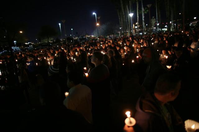 El domingo 8 de enero del 2017 una multitud rindió homenaje al detective de la Policía de North Las Vegas, Chad Parque, fallecido en un accidente de tránsito. El evento fue en las afueras del T ...