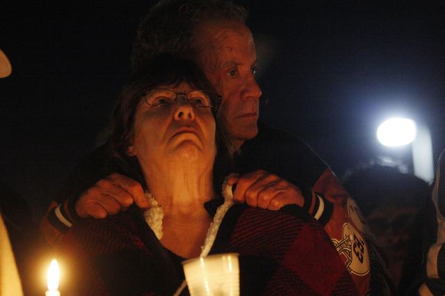 Los padres del oficial Chad Parque, recién fallecido, Mary y Kevin Parque, escuchan a oradores durante la vigilia en honor de su hijo, el domingo 8 de enero del 2017, en North Las Vegas. (Rachel  ...