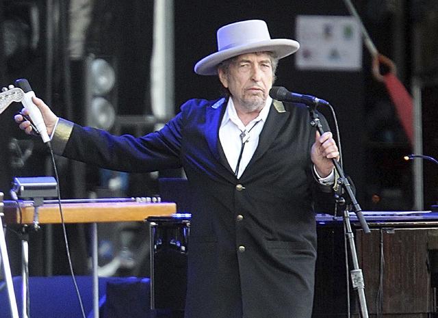 """Bob Dylan fue captado en esta foto en su presentación en el festival """"Les Vieilles Charrues"""" en Carhaix, Francia, en el 2012. El 15 de noviembre Dylan dijo que no podrá recibir en persona su Pre ..."""