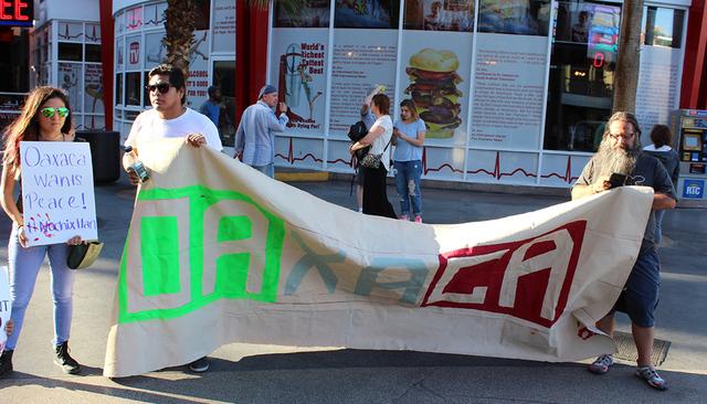 Jóvenes de secundaria y preparatoria, asistieron a la protesta pacífica en apoyo a la CNTE, el viernes 24 de junio de 2016 en Fremont Street Experience. Foto El Tiempo