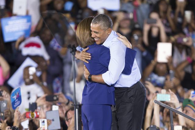 El presidente Barack Obama, der., y la candidata al senado federal, Catherine Cortez Masto se abrazan durante un evento de campaña en Cheyenne High School, el domingo 23 de octubre de 2016 in Nor ...