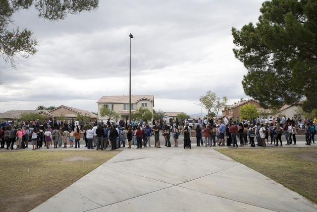 Gente hace fila afuera de la Cheyenne High School, en North Las Vegas, para entrar al evento de la campaña de Hillary Clinton en la que el presidente Barack Obama fue el orador principal, el domi ...