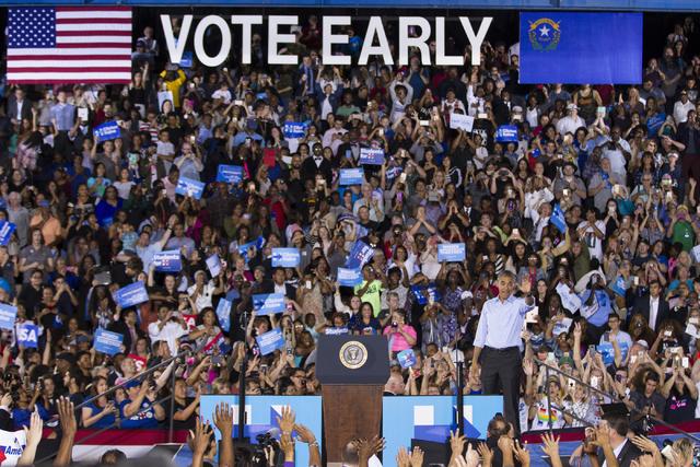 El Presidente Barack Obama saluda a los asistentes a un acto de campaña para apoyar las candidaturas de Hillary Clinton y otros candidatos demócratas en Nevada. El evento fue en la Cheyenne High ...