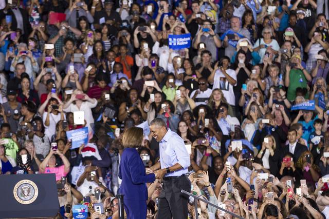 La candidata demócrata al senado, Catherine Cortez Masto, saluda al Presidente Barack Obama en el escenario de la Cheyenne High School, el domingo 23 de octubre del 2016, en North Las Vegas. (Fot ...
