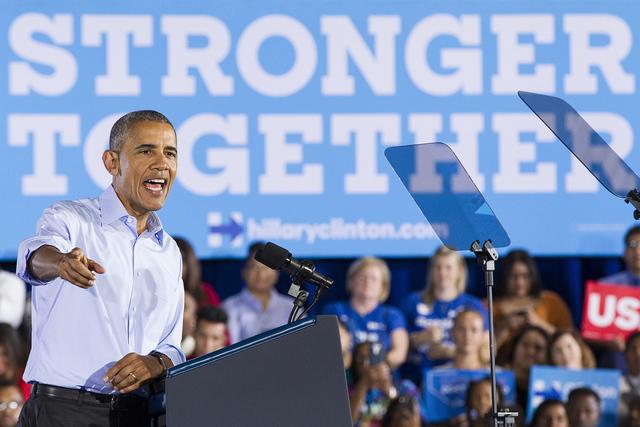 El presidente Barack Obama habla durante un acto de campaña para el candidato demócrata Hillary Clinton en Cheyenne High School, el domingo 23 de oct. de 2016 en North Las Vegas. Erik Verduzco / ...