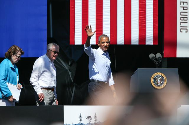 Desde la izquierda: senadores Dianne Feinstein y Harry Reid y el Presidente Barack Obama, en la XX Cumbre del Lago Tahoe. (Foto Cathleen Allison/Las Vegas Review-Journal).