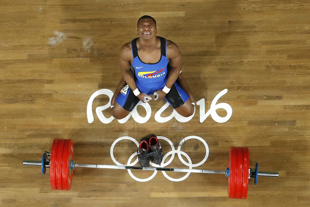 Oscar Albeiro Figueroa Mosquera de Colombia llora después de ganar la medalla de oro en la competencia de halterofilia de hombres en la competición de las Olimpiadas de Veranos 2016 de Río de J ...