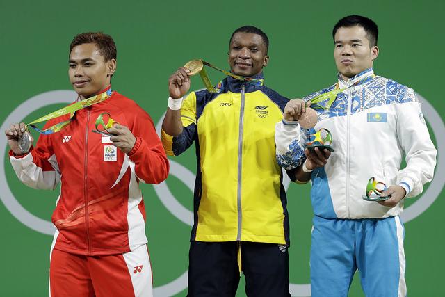Oscar Albeiro Figueroa Mosquera de Colombia ganó la medalla de oro, centro, Eko Yuli Irawan de Indonesia, obtuvo medalla de plata, izq. y Farkhad Kharki de Kazakhstan, ganó la medalla de bronce, ...