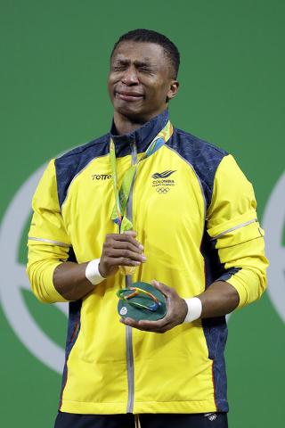 Oscar Albeiro Figueroa Mosquera de Colombia, llora después de ganar la medalla de oro en levantamiento de pesas en las Olimpiadas de Verano de 2016 en Río de Janeiro, Brasil, lunes 8 de agosto d ...