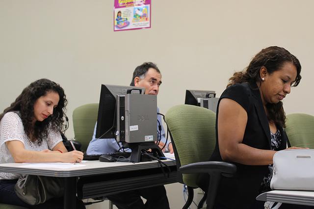 Padres de familia asisten a los talleres gratuitos sobre formación infantil impartidos por PCA. | Foto El Tiempo/Cristian De la Rosa