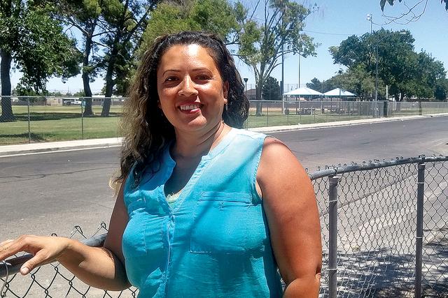 Residente de North Las Vegas Blasa Oyoque se para fuera de su casa el viernes 15 de julio. Oyoque es una sobreviviente de violencia doméstica que ahora comparte su historia con otras personas par ...