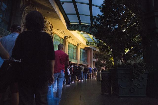 Huéspedes del Paris hotel-casino hacen línea en espera de ser escoltados sus cuartos para recoger sus pertenencias, el jueves 3 de noviembre del 2016 cuando un apagón dejó a oscuras el lugar.  ...
