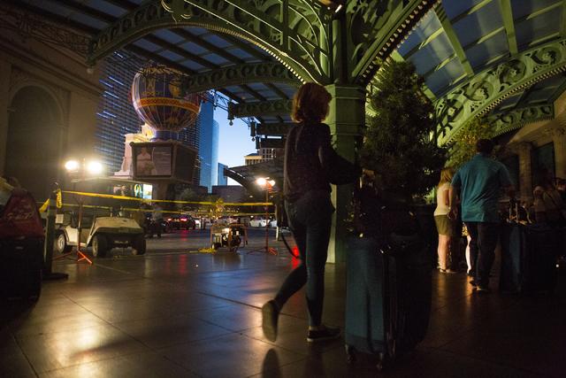 Huéspedes del Paris hotel-casino Las Vegas, en penumbra, esperan tener información durante un apagón el jueves 3 de noviembre del 2016. (Foto Elizabeth Page Brumley/Las Vegas Review-Journal Fol ...