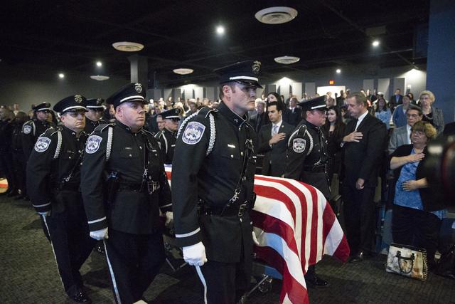 Oficiales del Departamento de la Policía de North Las Vegas llevan el féretro del oficial Chad Parque cubierto con la bandera, durante un servicio religioso en la Central Christian Church el mar ...