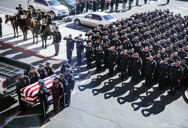 Miembros de la Policía de North Las Vegas llevan el féretro del detective Chad Parque durante una ceremonia en su memoria, en la Central Christian Church en Henderson, el martes 17 de enero del  ...