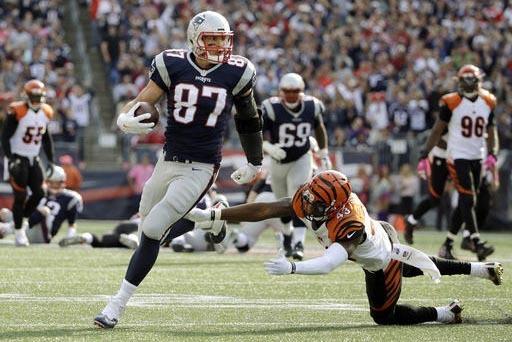 Rob Gronkowski (87) de New England Patriots evade a George Iloka (43) de los Bengals de Cincinnati en la segunda mitad del juego de la NFL, el domingo 16 de octubre del 2016, en Foxborough, Mass.  ...