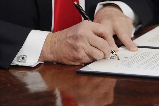 En esta foto de febrero 3 del 2017 se ve al presidente Donald Trump cuando firma una órden ejecutiva, en la oficina Oval de la Casa Blanca en Washington. Según reporte de AP el mandatario pidió ...