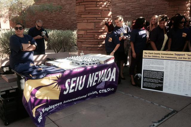 Miembros del sindicato SEIU (en inglés Service Employees International Union) aparcen en esta foto de archivo del 5 de agosto del 2014 afuera del edificio de gobierno del Condado de Clark. (FotoA ...